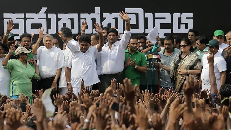 In Sri Lankas Hauptstadt Colombo haben am Dienstag zehntausende Menschen gegen die Entlassung von Regierungschef Ranil Wickremesinghe protestiert.