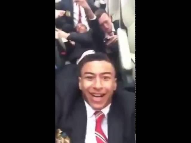 ManU-Spieler Jesse Lingaard filmt das Geschehen im Inneren des Busses.
