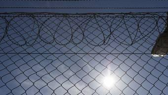 Hinter Gittern sind über sechzigjährige Menschen eine kleine Minderheit. Trotzdem können sie den Strafvollzug vor Probleme stellen, vor allem, wenn sie pflegebedürftig werden. (Symbolbild)
