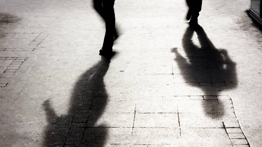 Mann (22) wird von drei Unbekannten geschlagen und beklaut