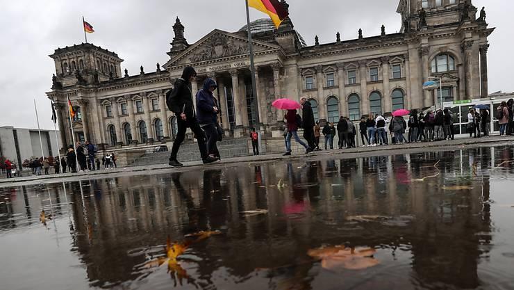 Die Unionsparteien von CDU und CSU sinken laut einer regelmässigen Umfrage in der deutschen Wählergunst leicht. (Archivbild Reichstag Berlin)