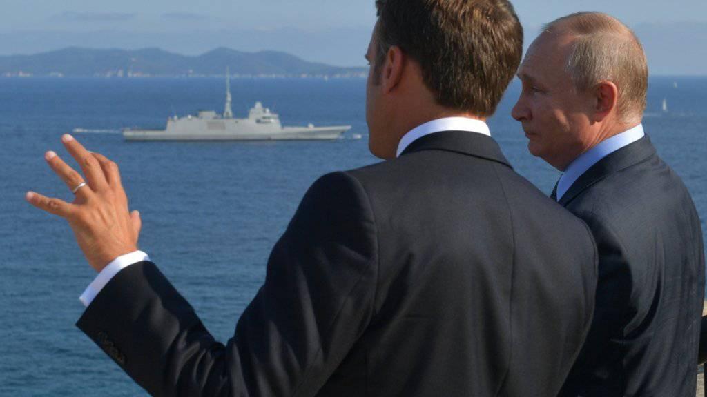 Der französische Präsident Emmanuel Macron bespricht sich mit dem russischen Präsidenten Wladimir Putin fünf Tage vor dem G7-Gipfel in Frankreich.