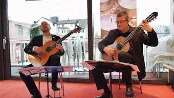 Sobald Michael Erni (l.) und Anton Kudryavtsev (r.) die Gitarren ansetzen, heisst es Konzentration und Passion auf der Bühne.