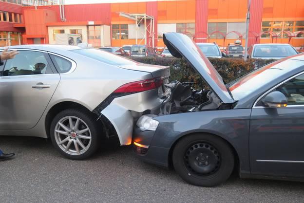 Reinach BL, 19. Februar: Als ein Autofahrer wegen eines Linienbusses bis zum Stillstand bremst, knallt es: Der Autofahrer dahinter übersah das Bremsmanöver, sein Fahrzeug prallte ungebremst auf das vordere Auto auf. Verletzt wurde niemand.