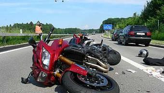 Ein Töfffahrer verunglückt auf der Autobahn (Symbolbild).