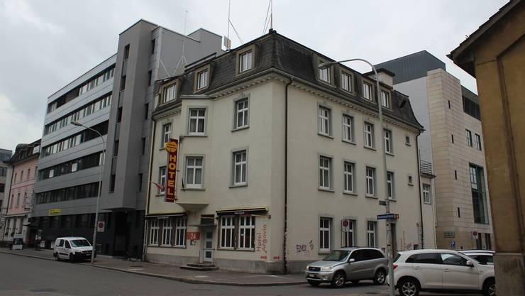 Das Hotel Argovia (ehemals «Goldige Öpfel») steht an der Ecke Kasernenstrasse/Apfelhausenweg.