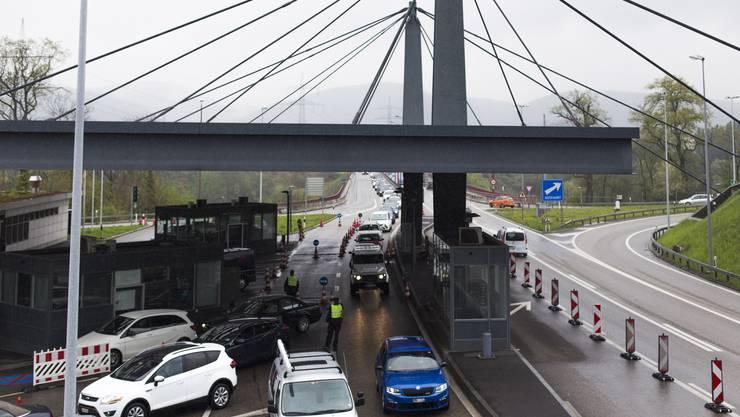 Der Grenzverkehr sorgt immer wieder für kilometerlange Rückstaus. Als diesen Sommer die Grenzkontrollen wegen des G-20-Gipfels verschärft wurden, staute sich der Verkehr in Rheinfelden bis auf die Autobahn zurück.