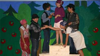 Die fünfte Klasse probt für das Singspiel «Die Kinderbrücke»