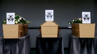Särge von Corona-Opfern wurden in Belgien mit dem Biogefahren-Symbol versehen.
