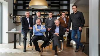 Sieben Männer und zwei Generationen der Firma Späti Holzbau AG. Vorne von links: Franz und Adolf Späti. Hinten von links: Hans, Philipp, Beat, Christoph und Thomas Späti.