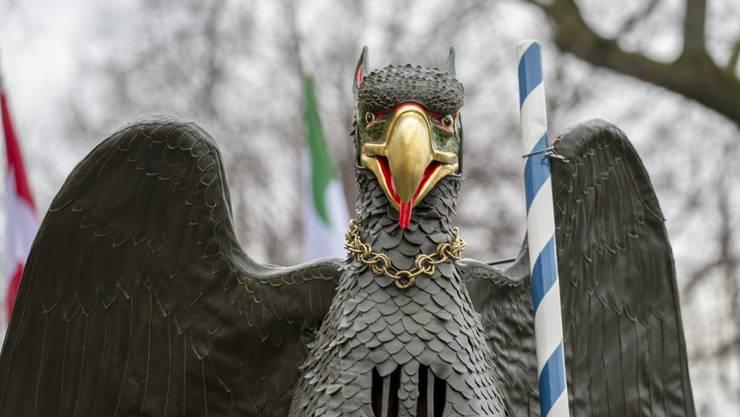 Der Vogel Gryff tanzt vor dem Kleinen Klingental am Vogel Gryff, dem volkstümlichen Feiertag der Drei Ehrengesellschaften Kleinbasels (3 E) zum Rebhaus, zur Hären und zum Greifen, in Basel.