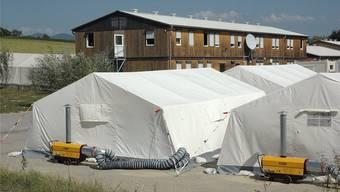 In solchen Zelten werden die Flüchtlinge bis spätestens November untergebracht. Sie sind alle mit einem Holzboden, Licht und Heizung  ausgestattet.