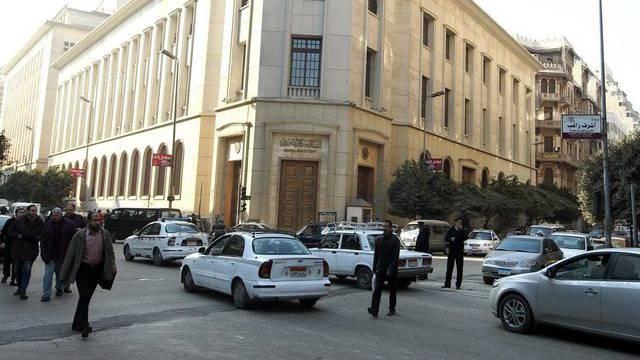 Mit der Kabinettsumbildung will Mursi die angeschlagene Wirtschaft des Landes beleben. Im Bild die ägyptische Zentralbank in Kairo.