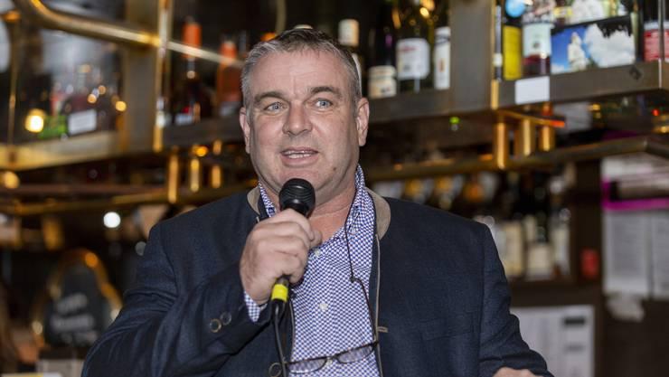 Stefan Schmid, Präsident des Gewerbevereins Urdorf, lud die Mitglieder in das Urdorfer Story-Pub. Laut ihm bildete der Ort in den 16 Jahren seiner bisherigen Amtszeit als Präsident das kleinste Lokal, in dem je eine solcher Anlass durchgeführt wurde.