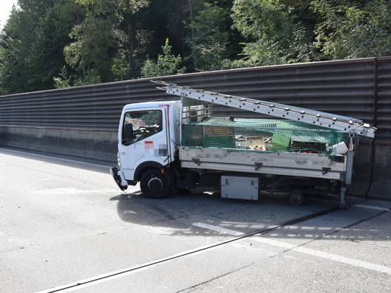 Ein Lieferwagenfahrer ist auf der A1 in St. Gallen verunfallt, weil sich das Hinterrad seines Fahrzeugs löste. Der Mann wurde verletzt ins Spital gebracht.
