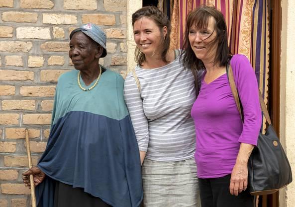Caroline Wanner (Mitte) und die Stiftungsratspräsidentin Regula Gloor besuchten auch die 104-jährige Madame Zula.
