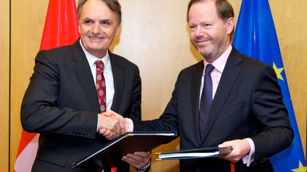 Vor einem Monat unterzeichnete Staatssekretär Mario Gattiker (links) für die Schweiz das Kroatien-Protokoll. Die Aussenpolitische Kommission des Nationalrats will dieses nun auch ratifizieren. (Archivbild)
