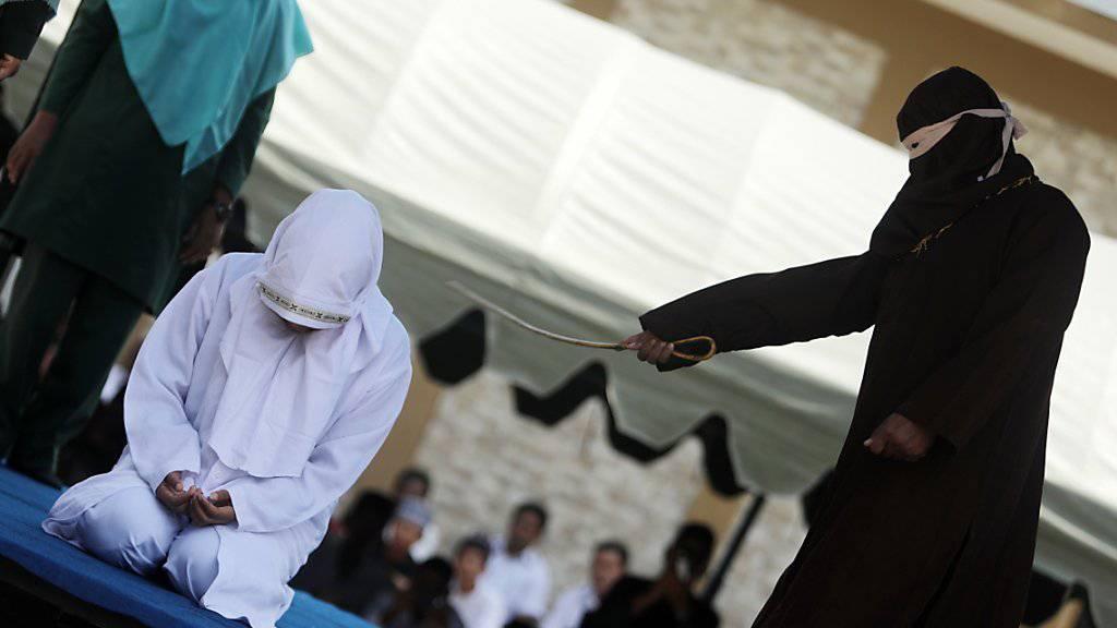 Eine unverheiratete Frau erhält am Mittwoch in Banda Aceh öffentlich Stockschläge, weil sie verbotenen Körperkontakt hatte.