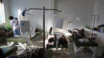 """Behandlung von Cholera-Opfern in einer Krankenstation in Haiti nach dem Durchzug des Hurrikans """"Matthew"""" im Oktober: Beim Erdbeben 2010 haben mit grosser Wahrscheinlichkeit UNO-Blauhelmsoldaten die Krankheit eingeschleppt. (Archivbild)"""