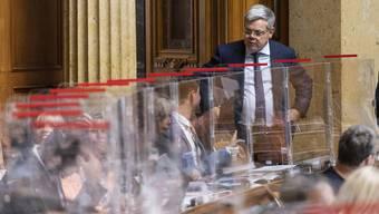 Fast wie in einer Legebatterie: Der Nationalrat tagt hinter Plexiglas.