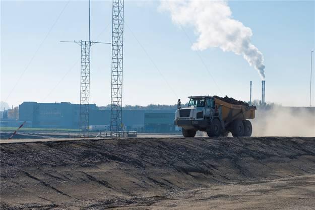 Abtransport von Material. Rechts ein kleiner Teil des Grabens, in dem die unterirdischen Anlagen der Cellulose Attisholz AG steckten.