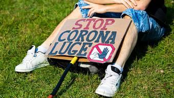 Seit Beginn der Corona-Pandemie kursieren zahlreiche Verschwörungstheorien. (Symbolbild)