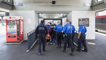 Wenn das Grenzwachtkorps auf Personen trifft, die nicht in die Schweiz einreisen dürfen, kann es sie wieder in hier Herkunftsland zurückschicken. Das Staatssekretariat für Migration kann Einreiseverbote erlassen.