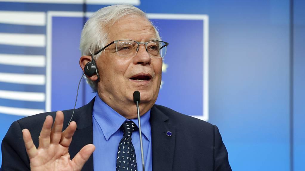 EU-Chefdiplomat Josep Borrell spricht bei einer Pressekonferenz im Gebäude des Europäischen Rates.