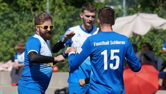 Sie grüssen von der NLB-Spitze. Andrea Fritschi, Swen Aebersold und Severin Holzer (von links) feiern einen weiteren Sieg. Bild. Ruedi Burkart