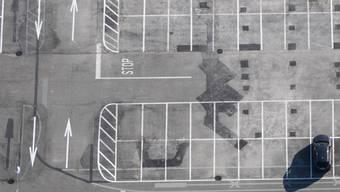 Viele Parkplätze sind wegen des Coronavirus derzeit geschlossen. Für Lastwagenchauffeure wird es schwierig, ihre gesetzlich vorgeschriebenen Pausen zu machen. (Archivbild)