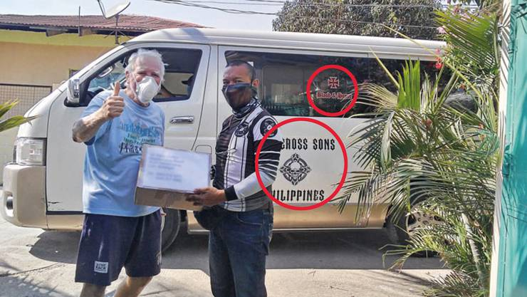 Eine Mitarbeiterin ist schockiert über den Bericht im KSA-Magazin: Im Hintergrund ist ein Bus mit Nazi-Symbolen erkennbar.