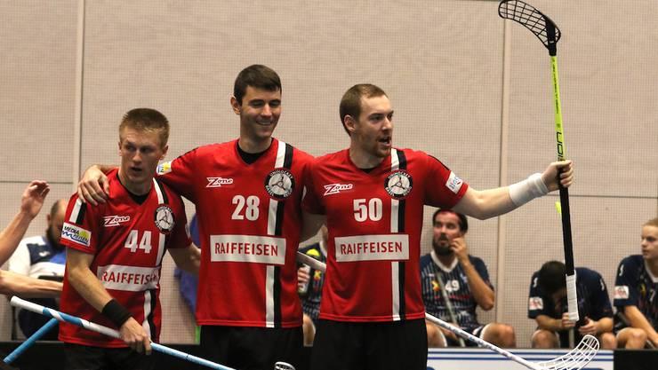 Matthias Reist sowie die Torschützen Tiziano Conti und Patrick Mendelin jubeln.