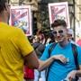 Gehörlose unterhalten sich an einer Kundgebung in Genf mit Gebärdensprache.