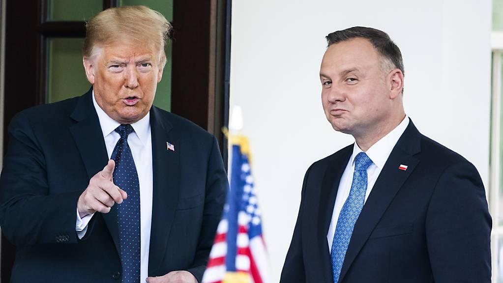 US-Präsident Donald Trump (links) verspricht dem polnischen Präsidenten Andrzej Duda (rechts) eine Verstärkung der Truppen in Polen. Ein Teil der Truppen, die heute in Deutschland stationiert sind, soll nach Polen verlegt werden.