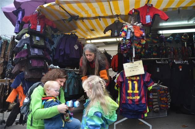 Christine Neumann aus Muri probiert am Stand von Heidi Imhof aus, ob ihren Kindern Lenny und Malin Handschuhe passen.