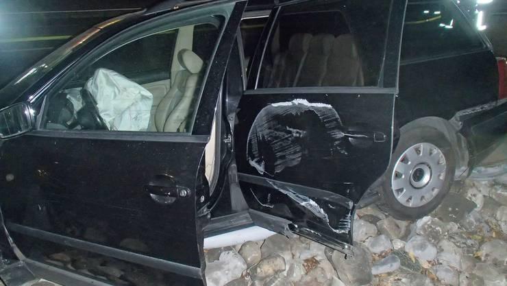 Der Fahrer dieses Unfallautos war ohne Führerschein unterwegs.