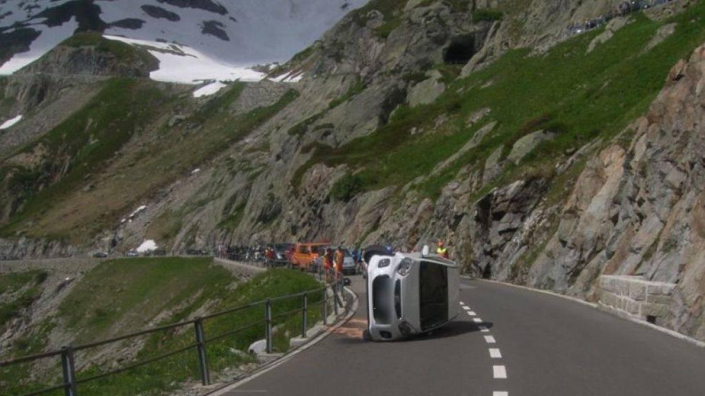 Bei der Fahrt zu Berge ist dieser Urner Personenwagen auf der Sustenstrasse gekippt.