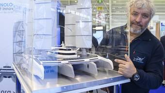 Der Schweizer Yvan Bourgnon zeigt an der Erfindermesse in Genf ein Modell seines Riesen-Quadrimarans, mit dem er Plastikabfälle aus dem Meer holen will.