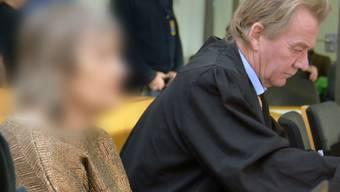 ARCHIV - Die 72-jährige Angeklagte sitzt neben ihrem Anwalt im Gerichtssaal. Die Anklage wirft der mutmaßlichen Sektenchefin Mord an einem damals vierjährigen Jungen vor. Sie soll das Kind im Jahr 1988 in einen Leinensack eingeschnürt, im Bad abgelegt und ihn trotz Schreie seinem Schicksal überlassen haben. Foto: Jörn Perske/dpa - ACHTUNG: Person(en) wurde(n) aus rechtlichen Gründen gepixelt