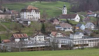 Zwei Häuser, zwei Zeitalter: Oben das Rank-Schulhaus mit dem markanten Dach, vorne die Anlage Brühl mit Flachdach.