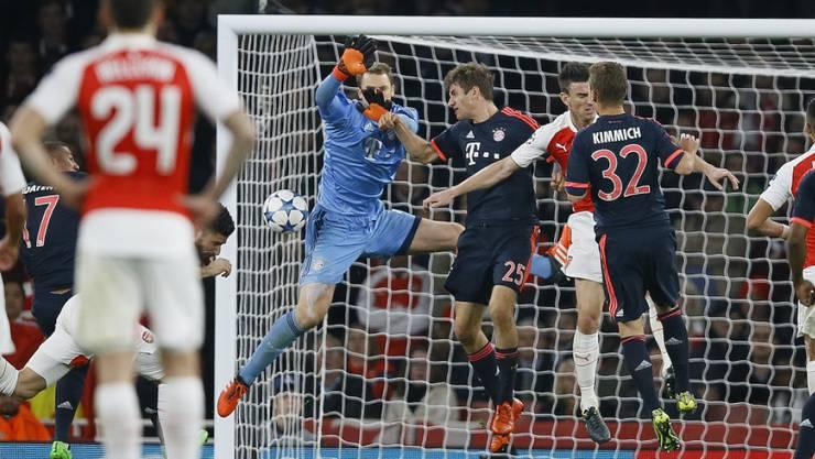 Arsenals Olivier Giroud (verdeckt) trifft zum 1:0 gegen Bayern München.