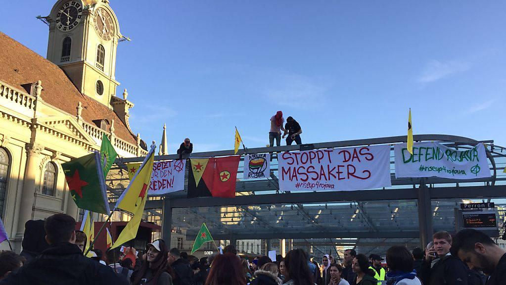 Hunderte Kurdinnen und Kurden protestierten in Bern am Freitagabend gegen die türkische Offensive in Nordsyrien.