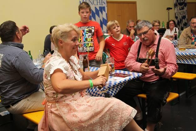Nadja Furrer an der Ratsche und Beat Jäggi am Löffeln.
