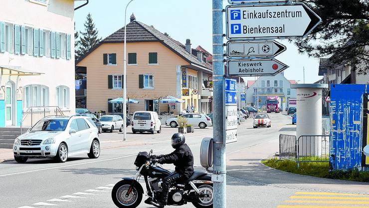 Der Verkehr Richtung Olten wird in Oensingen über die Kestenholzstrasse umgeleitet. (Bild: Oliver Menge)