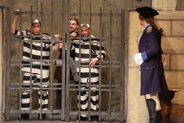 Bettelstudent Simon (Michael Kurz, links) und Jan (Richard Klein) als Häftlinge kurz vor ihrer Befreiung aus dem Krakauer Gefängnis durch Oberst Ollendorfs Soldaten.
