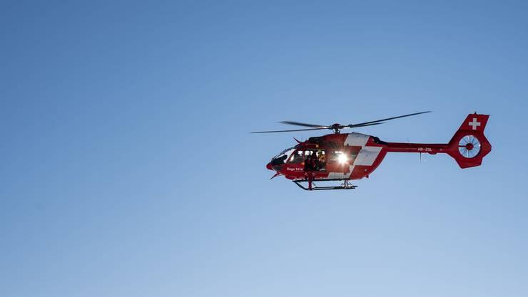 Der Schwerverletzte Kletterer wurde laut Polizeiangaben von der Rega ins Spital geflogen. (Symbolbild)