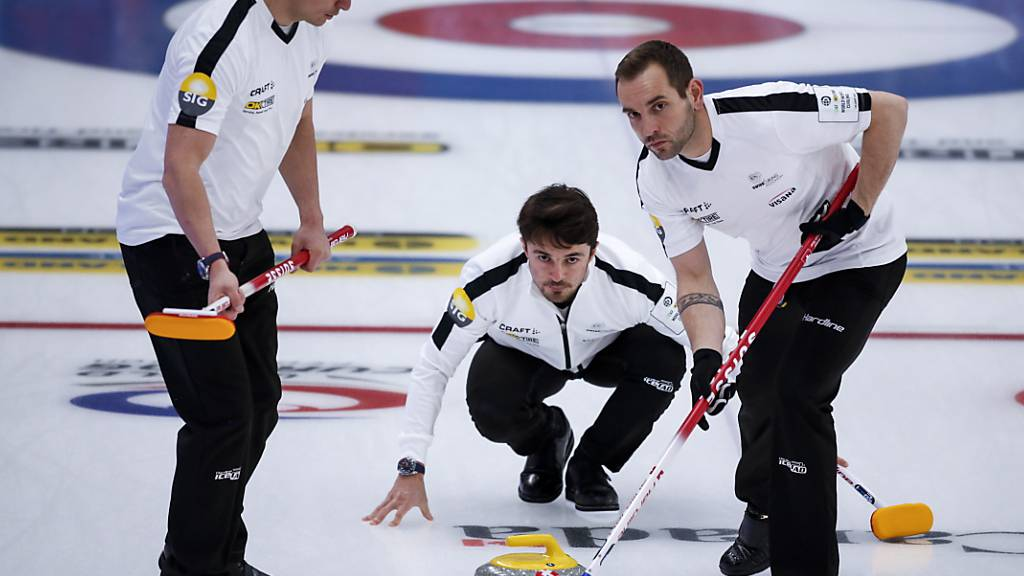Die Schweizer Curler haben an der WM noch etwas vor. Von links: Valentin Tanner, Benoît Schwarz und Sven Michel