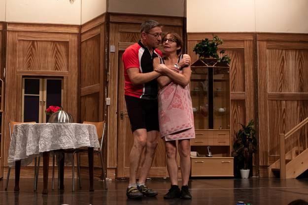 Ernst Hirsbrunner und Astrid Salathé spielen die Velofahrer Max und Lisa.