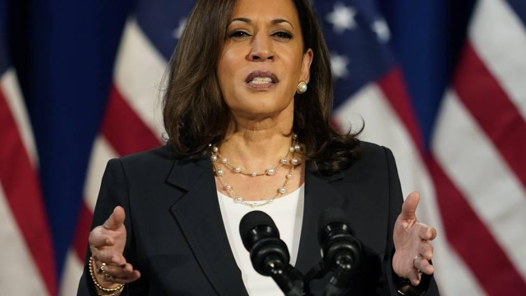 Kamala Harris, demokratische Vize-Präsidentschaftskandidatin, während einer Rede. Foto: Carolyn Kaster/AP/dpa