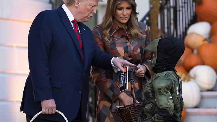 Präsidiales Halloween: US-Präsident Donald Trump und seine Frau Melania haben am Montag im Weissen Haus viel Süsses an verkleidete Kinder verteilt.